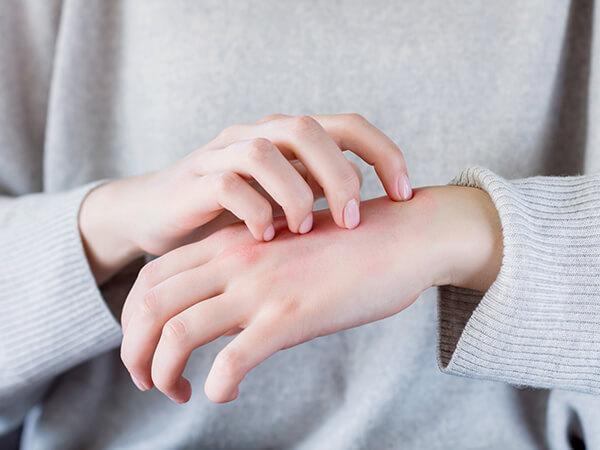 写真:手を掻いている人