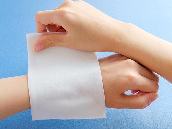 写真:手首に湿布を貼るイメージ