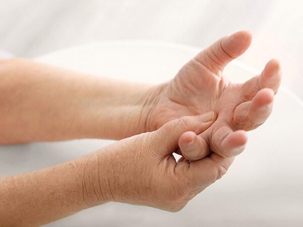 写真:手を労るイメージ